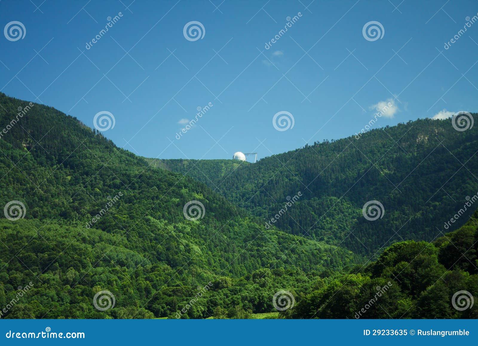 Download Floresta Na Montanha Do Verão E Do Céu Azul Imagem de Stock - Imagem de ambiente, céu: 29233635