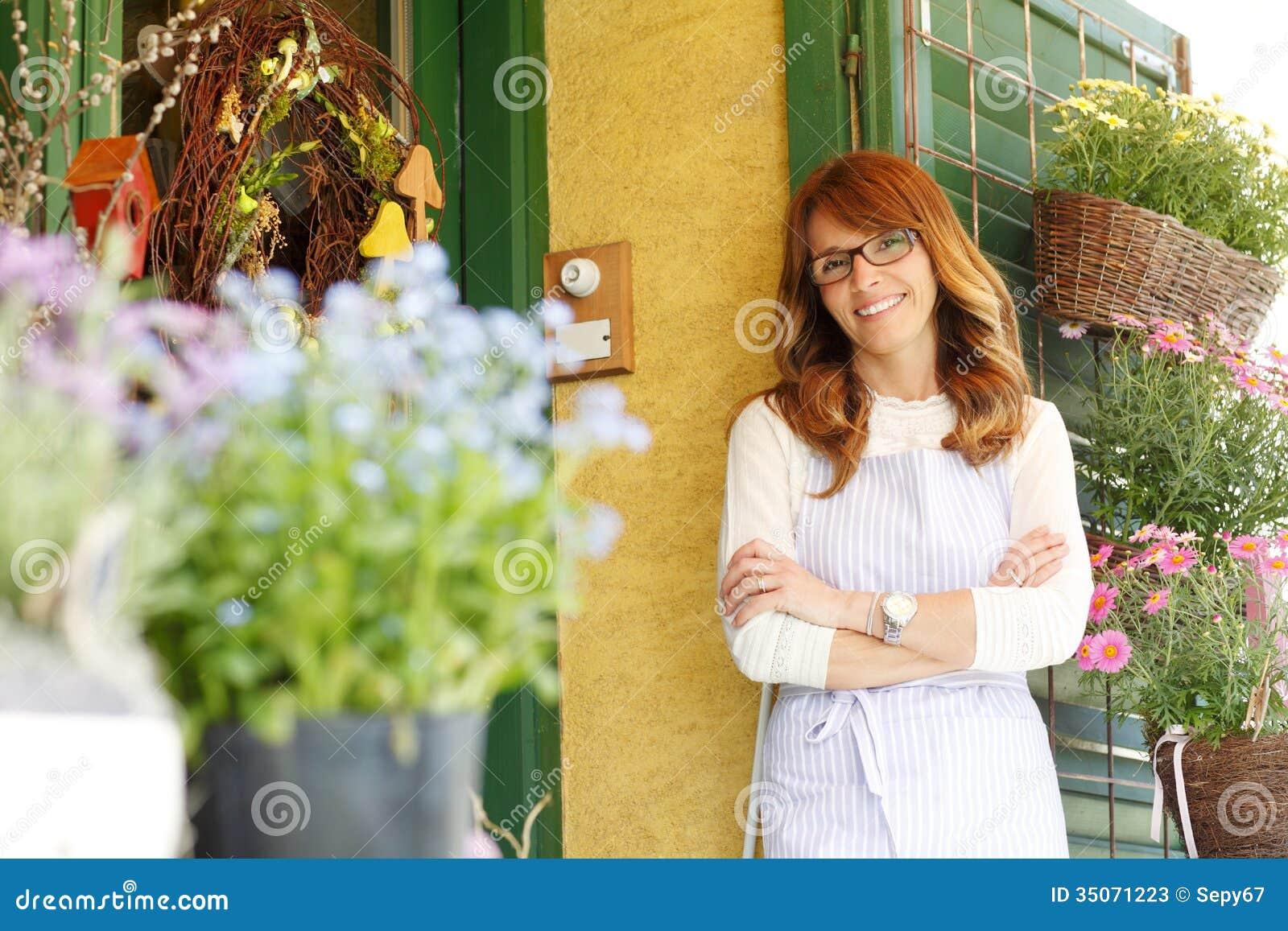 Florista de sorriso da mulher, proprietário de florista da empresa de pequeno porte