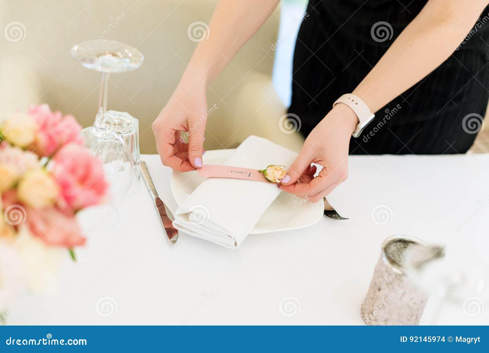 Florista que prepara a decoração do casamento da flor no restaurante exterior Nenhuma cara, tabela ajustada para o feriado