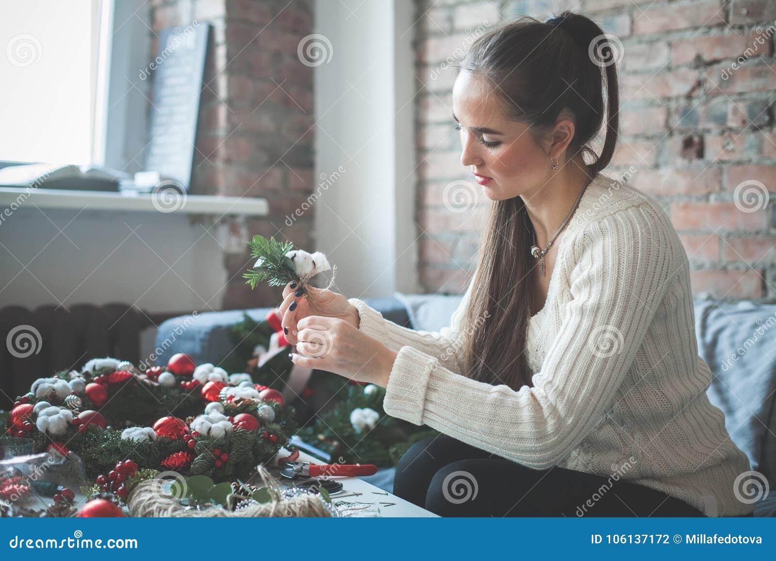 Floristen-oder Dekorateur-Frau, die Weihnachtsdekorationen macht