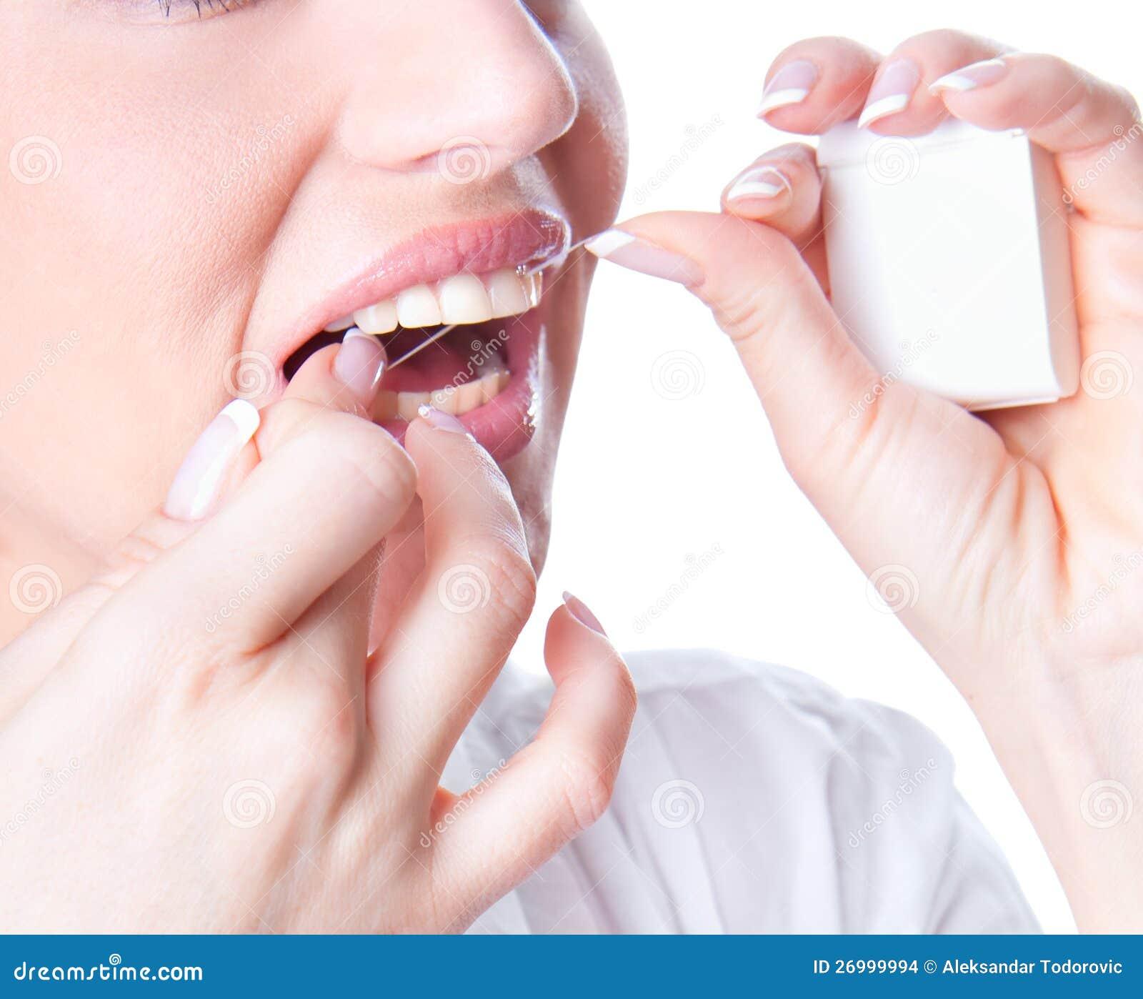 Flossing Zähne der jungen Frau