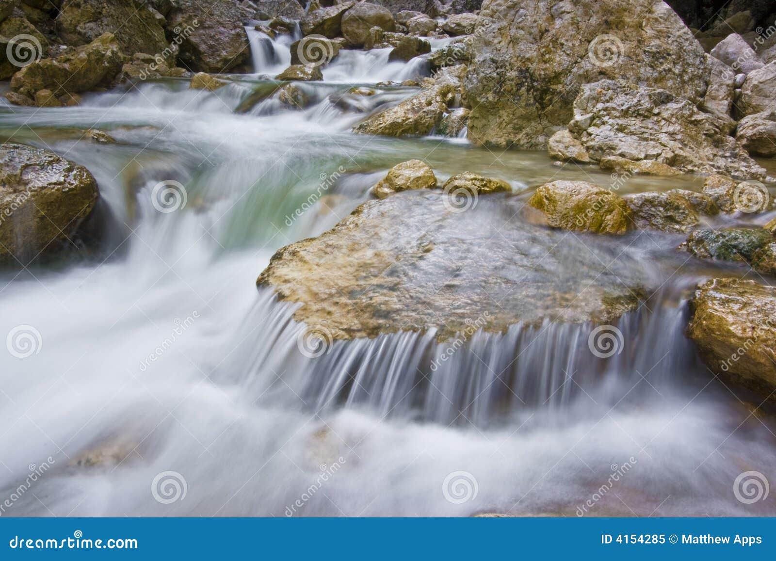 Flot et rapids de montagne