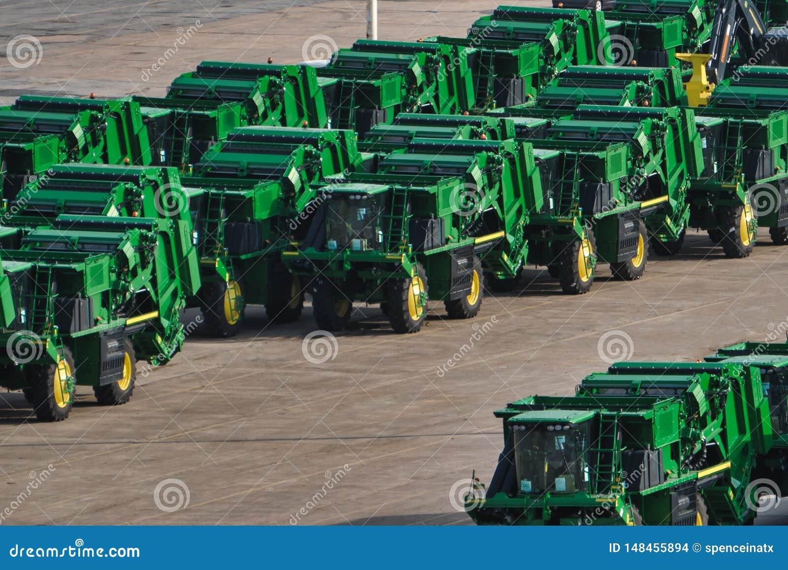 Flota de tractores alineados en una yarda de envío
