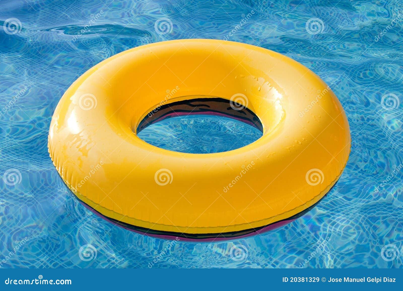 Flotador amarillo que flota en la piscina imagen de for Flotadores para piscinas