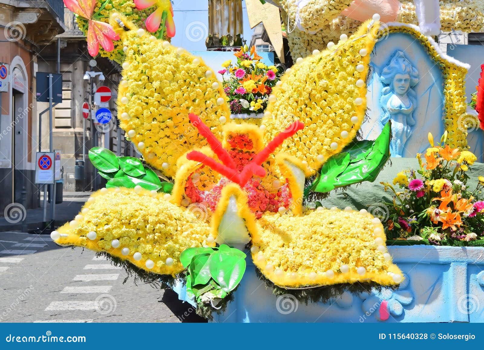 Flotador florido que representa diversos caracteres de la fantasía