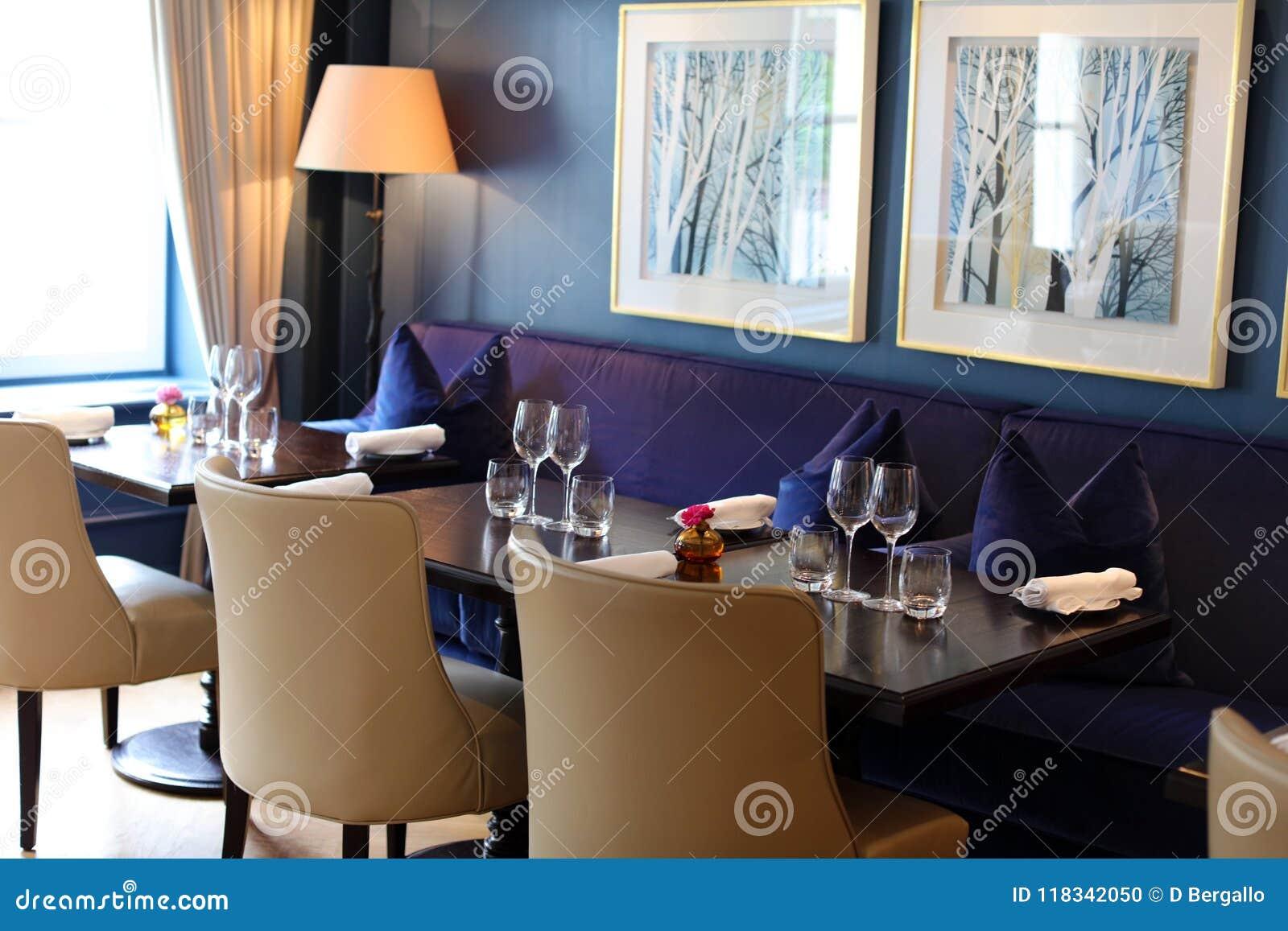 Flott elegant och modern restaurang på Amsterdam, Nederländerna i Europa Platser, tabeller och lampor på det lyxiga högvärdiga ho
