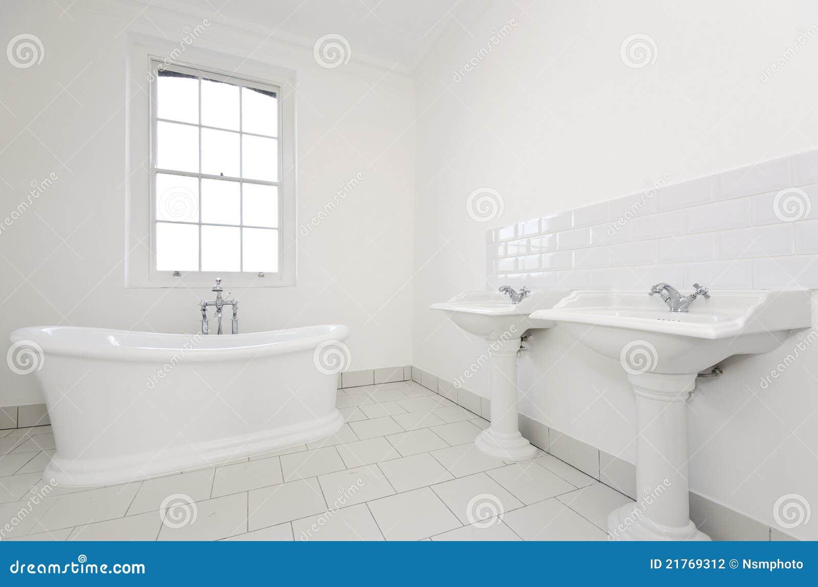 Flott familjbadrum med det fria plattform badkaret