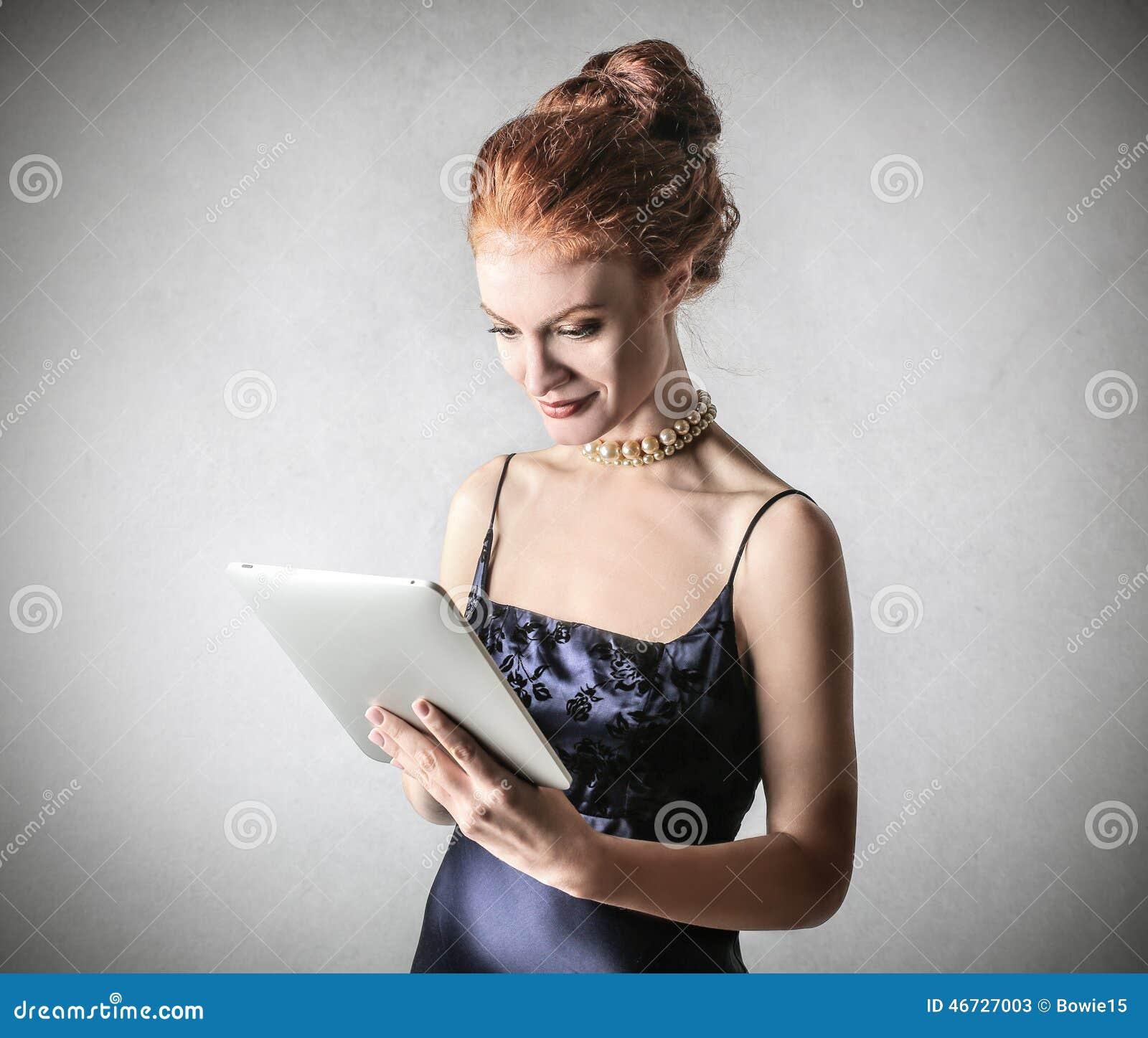 Flott kvinna som använder en minnestavla