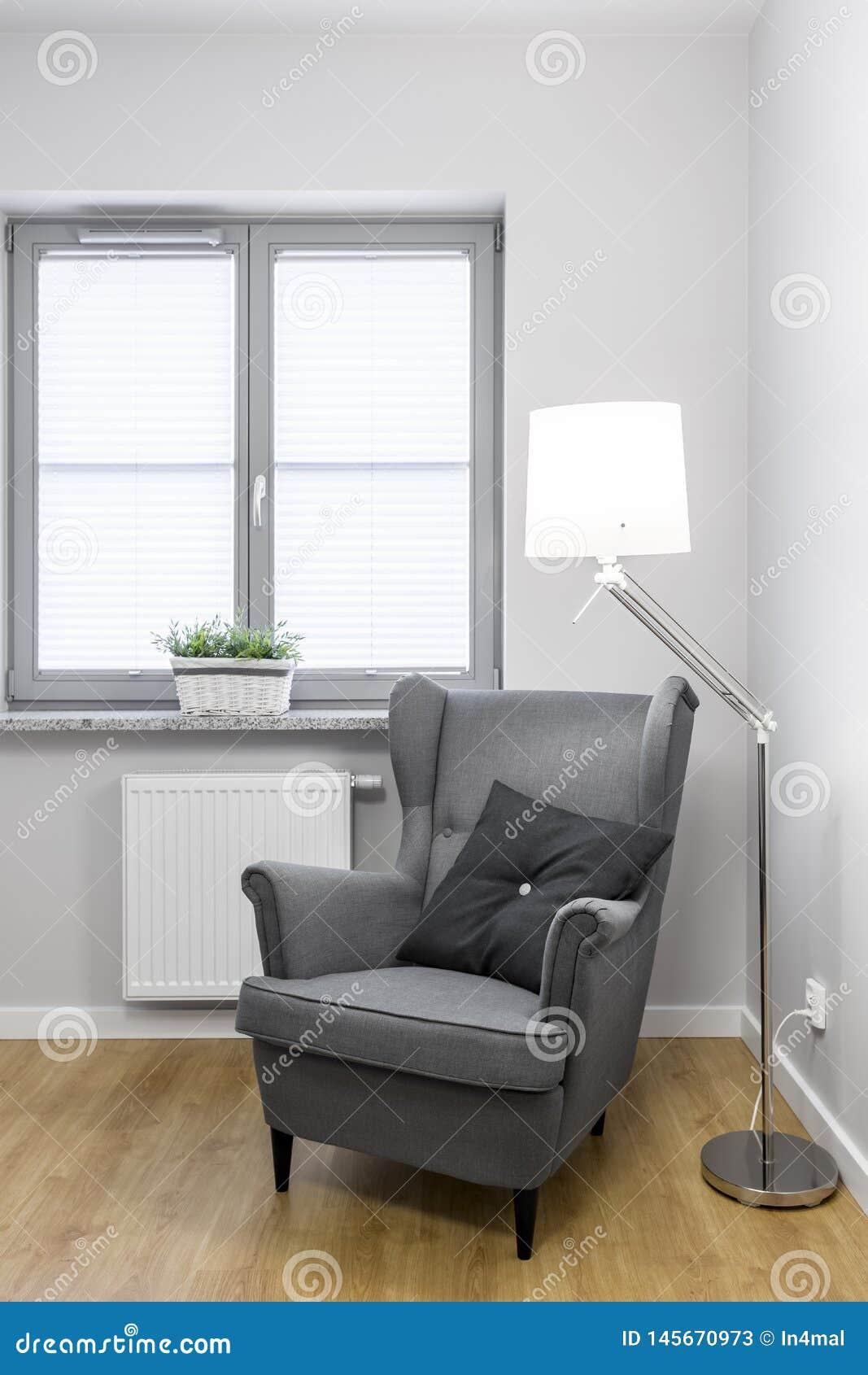 Flott och bekväm grå fåtölj