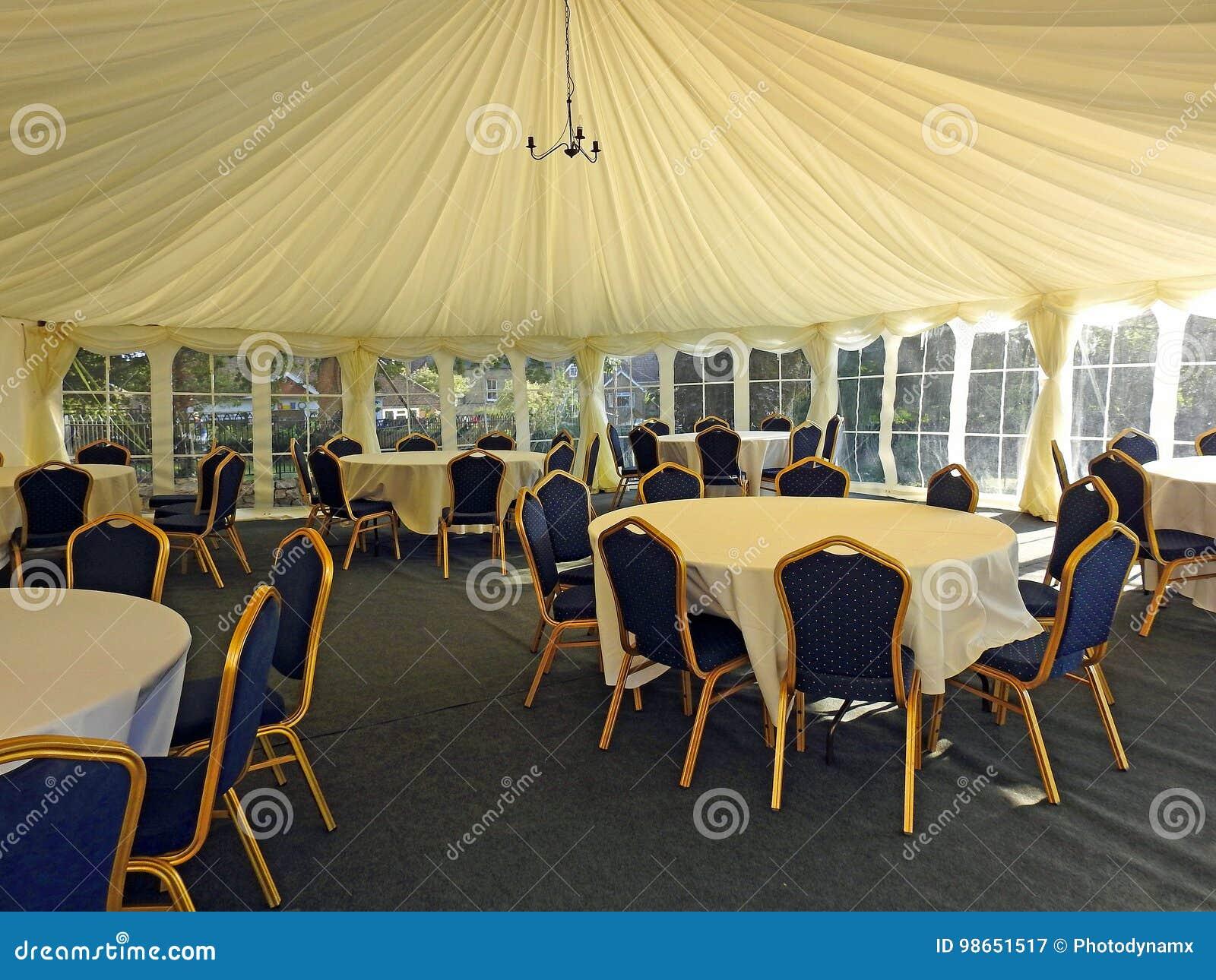Flott tält för bröllopstort festtältmottagande