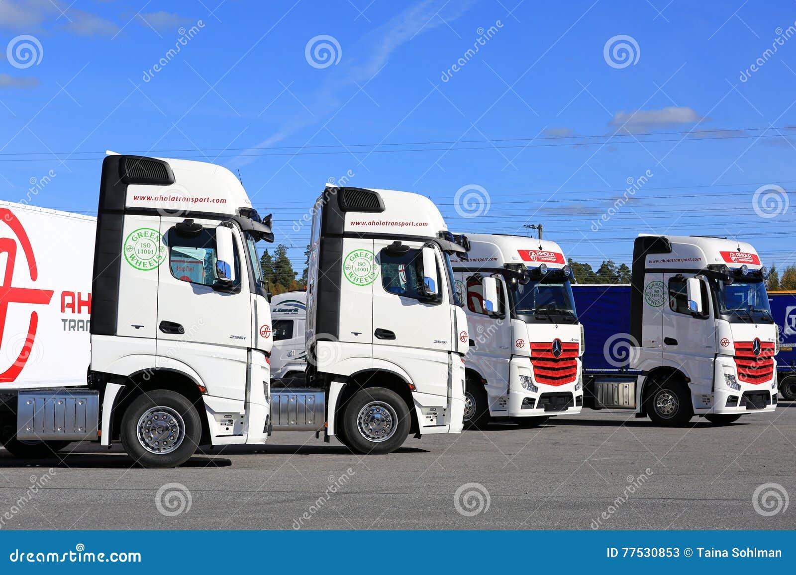 Flotta di Mercedes-Benz Actros Trucks e di cielo blu
