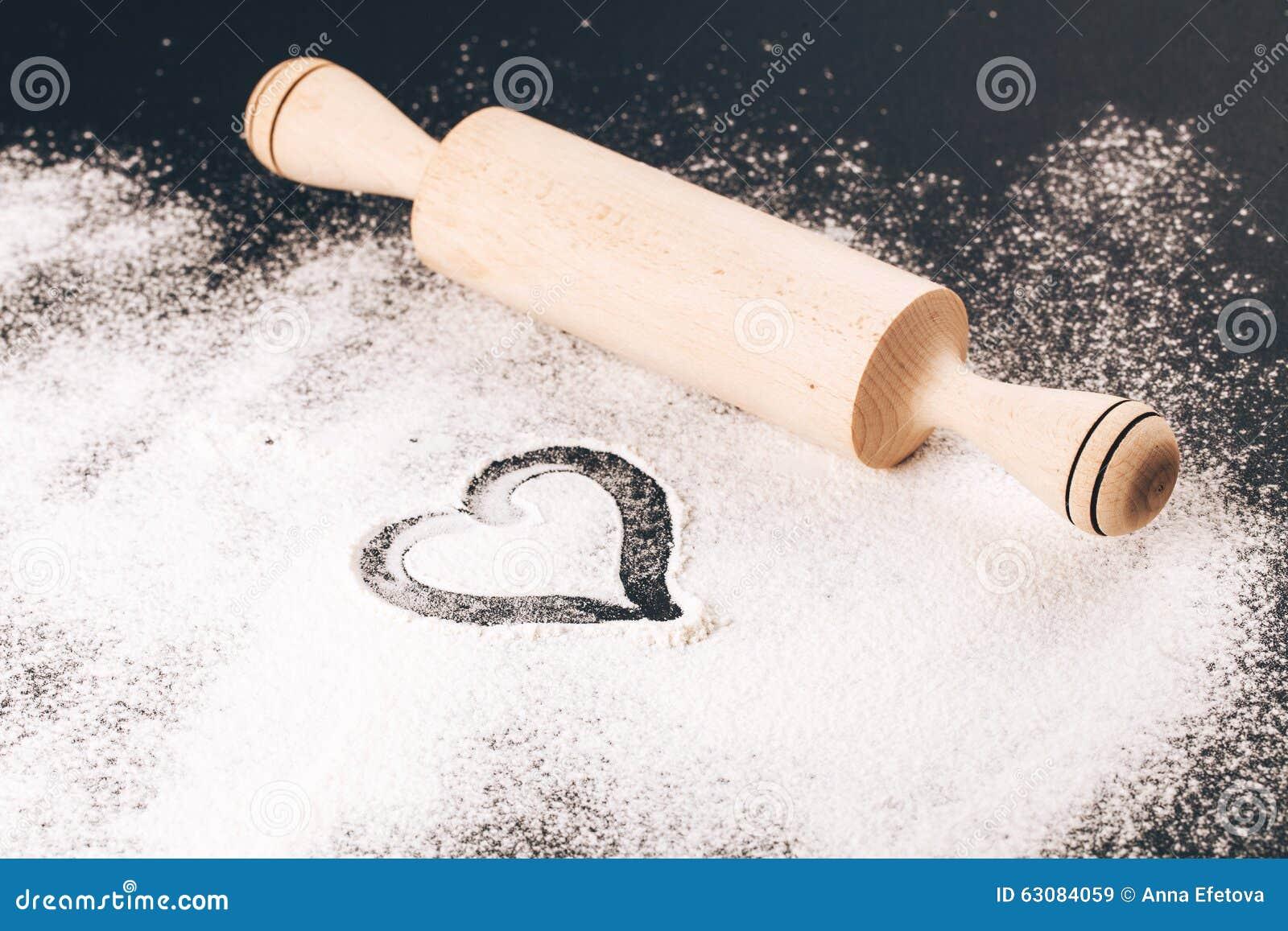 Download Flour Avec Le Coeur Et La Goupille Sur Le Noir Image stock - Image du repas, broche: 63084059