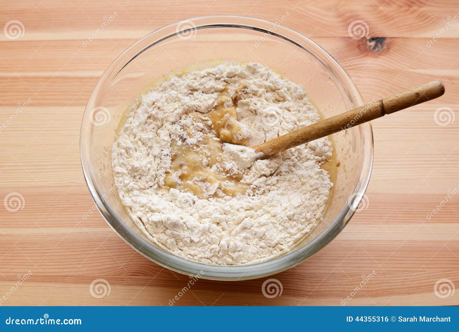 Flour la mescolatura in pastella per il pane di banana