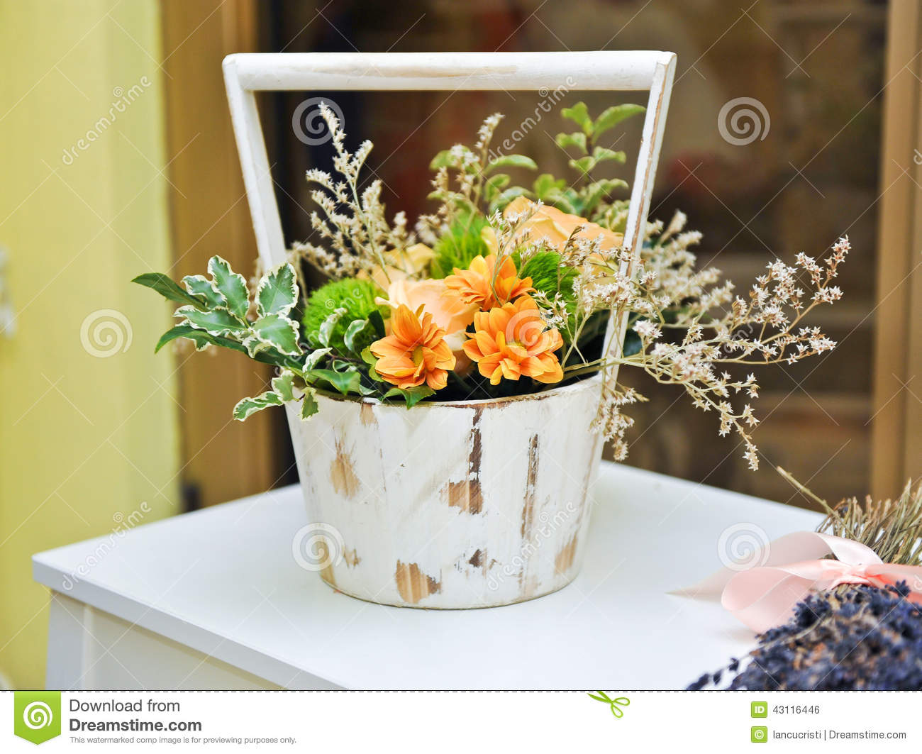 Flower arrangement in white vintage pot wedding for Pot de fleur exterieur