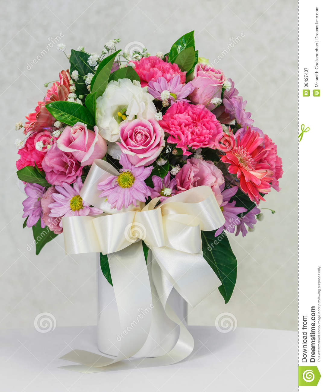 Flower bouquet in white ceramic vase stock image image for Bouquet de fleurs gerbera
