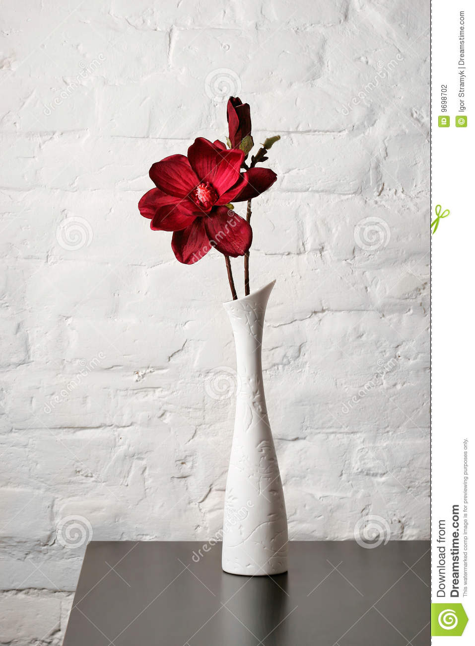 Flower in the white vase on the table stock photo image - Centre de table vase cylindrique ...
