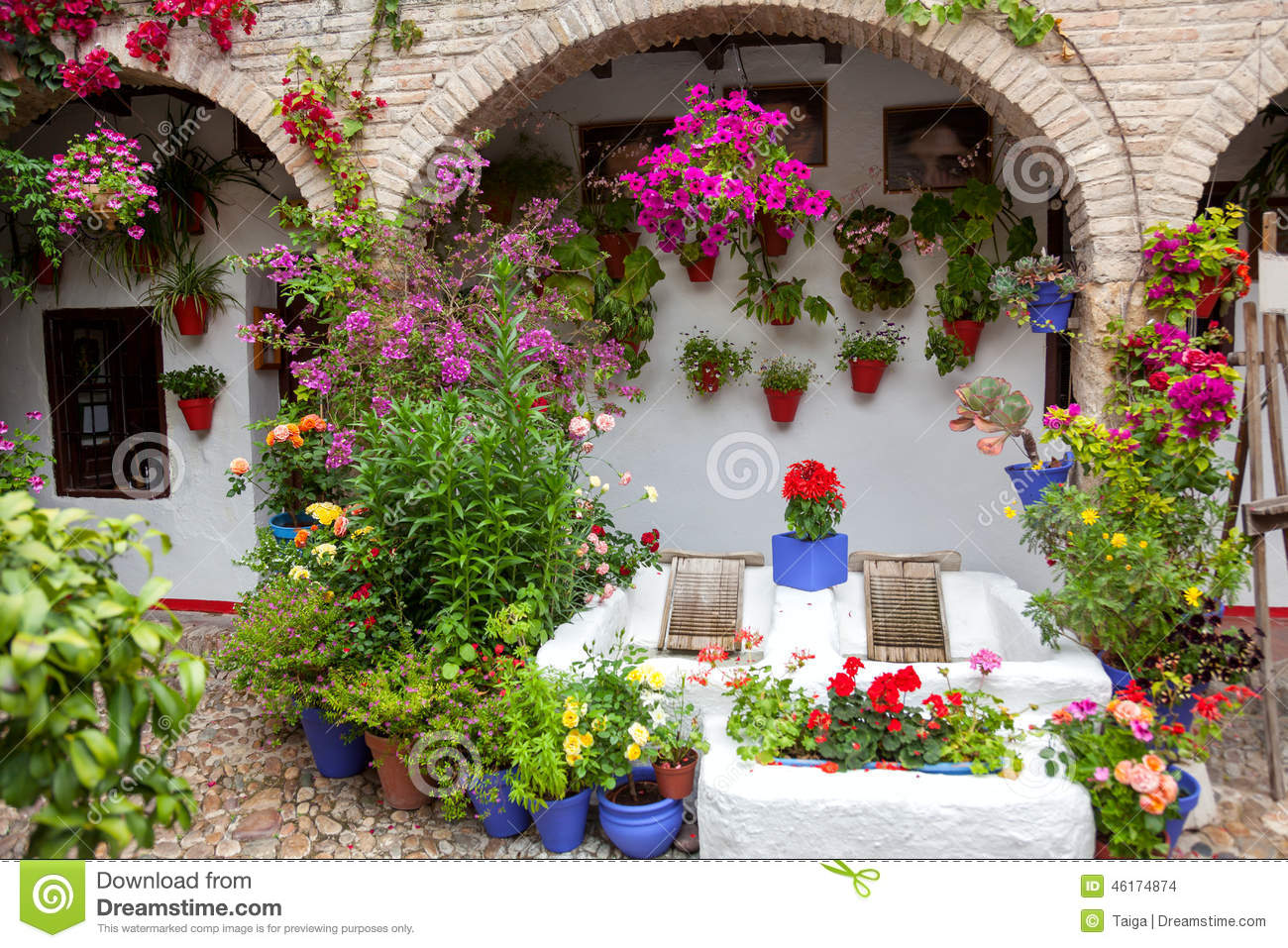 Flowers decoration of vintage courtyard typical house in for Decoration jardin