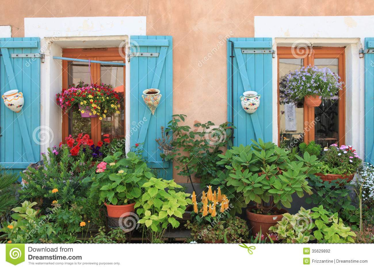 Flowers and plants decorating house exterior stock - Plantas perennes exterior ...
