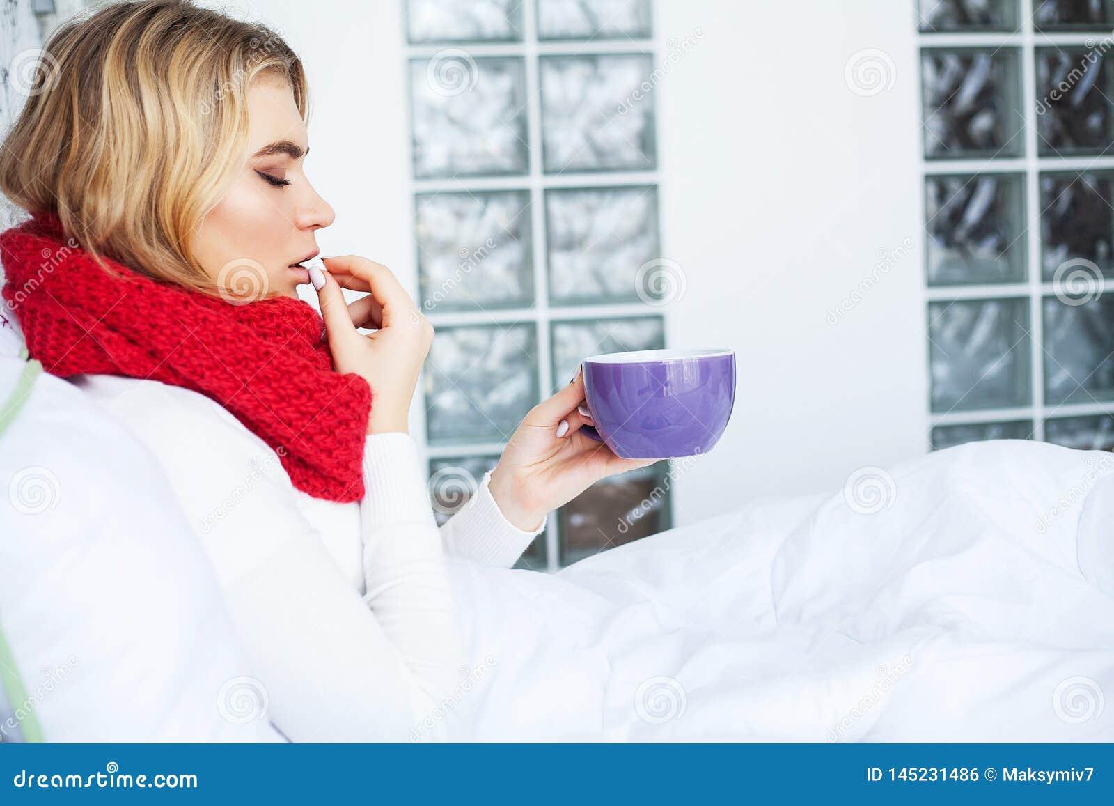 Flu Sofferenza della donna dalla menzogne fredda a letto