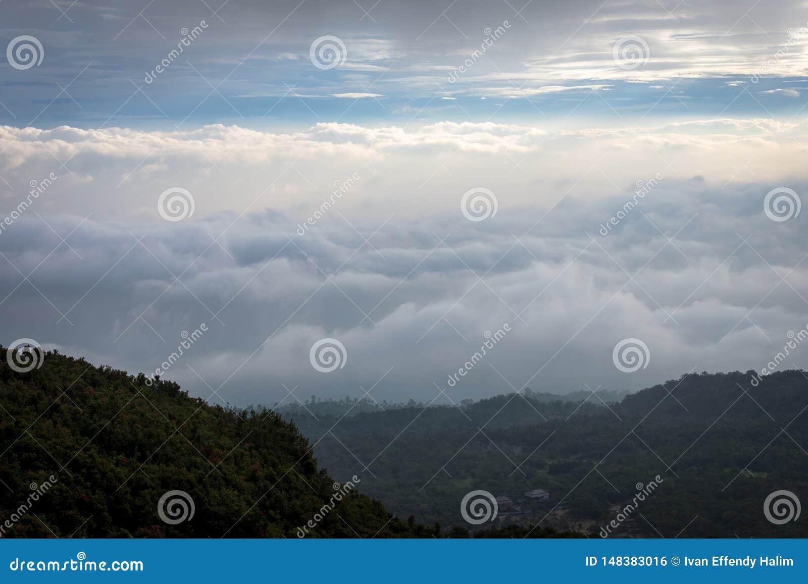 Fluffigt moln som tas från Tebing Soni H?rligt landskap av monteringen Papandayan Det Papandayan berget ?r ett av det favorit- st