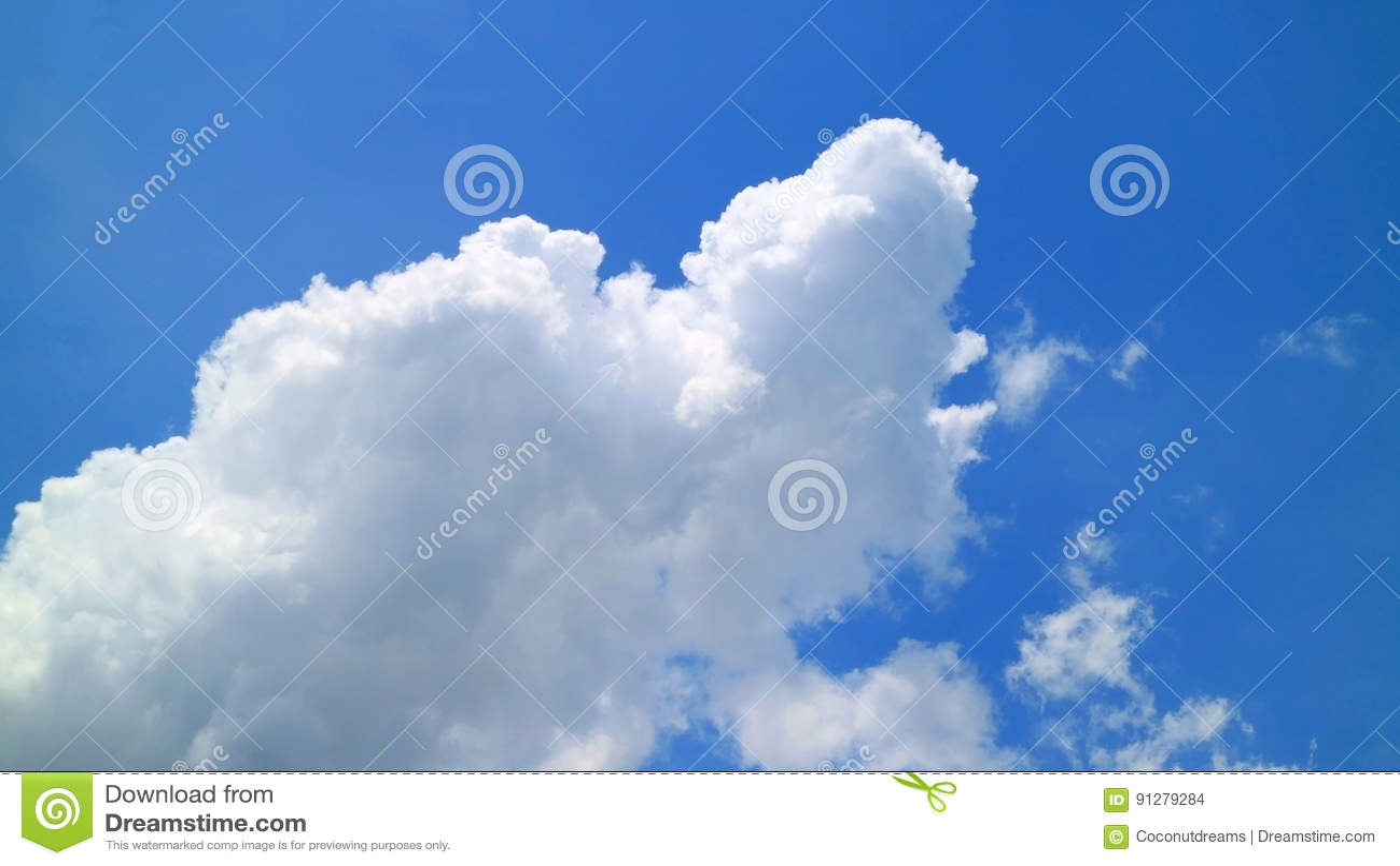 Fluffigt vitt moln på den livliga blåa tropiska Sunny Sky