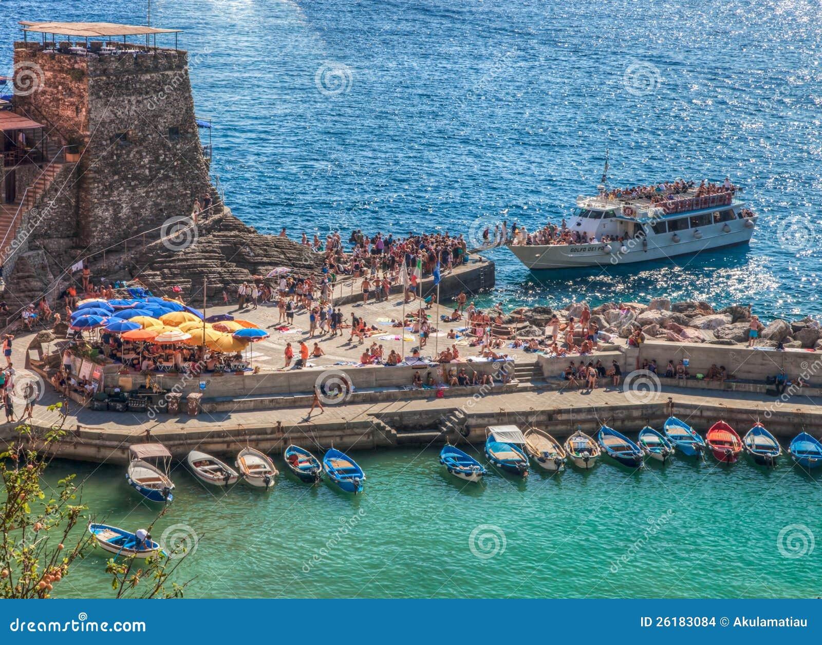 Fluggast-Fähre bei Vernazza, Italien