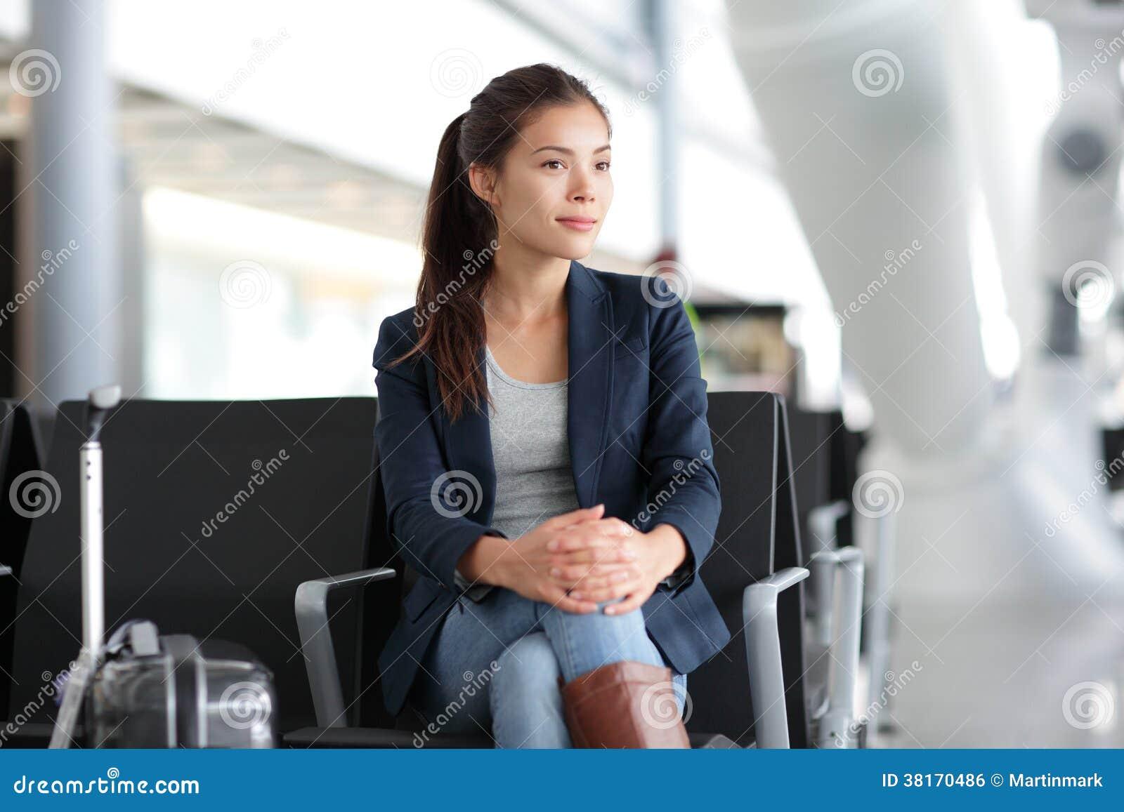 Flughafenfrau, die in Anschluss- Flugzeugverkehr wartet