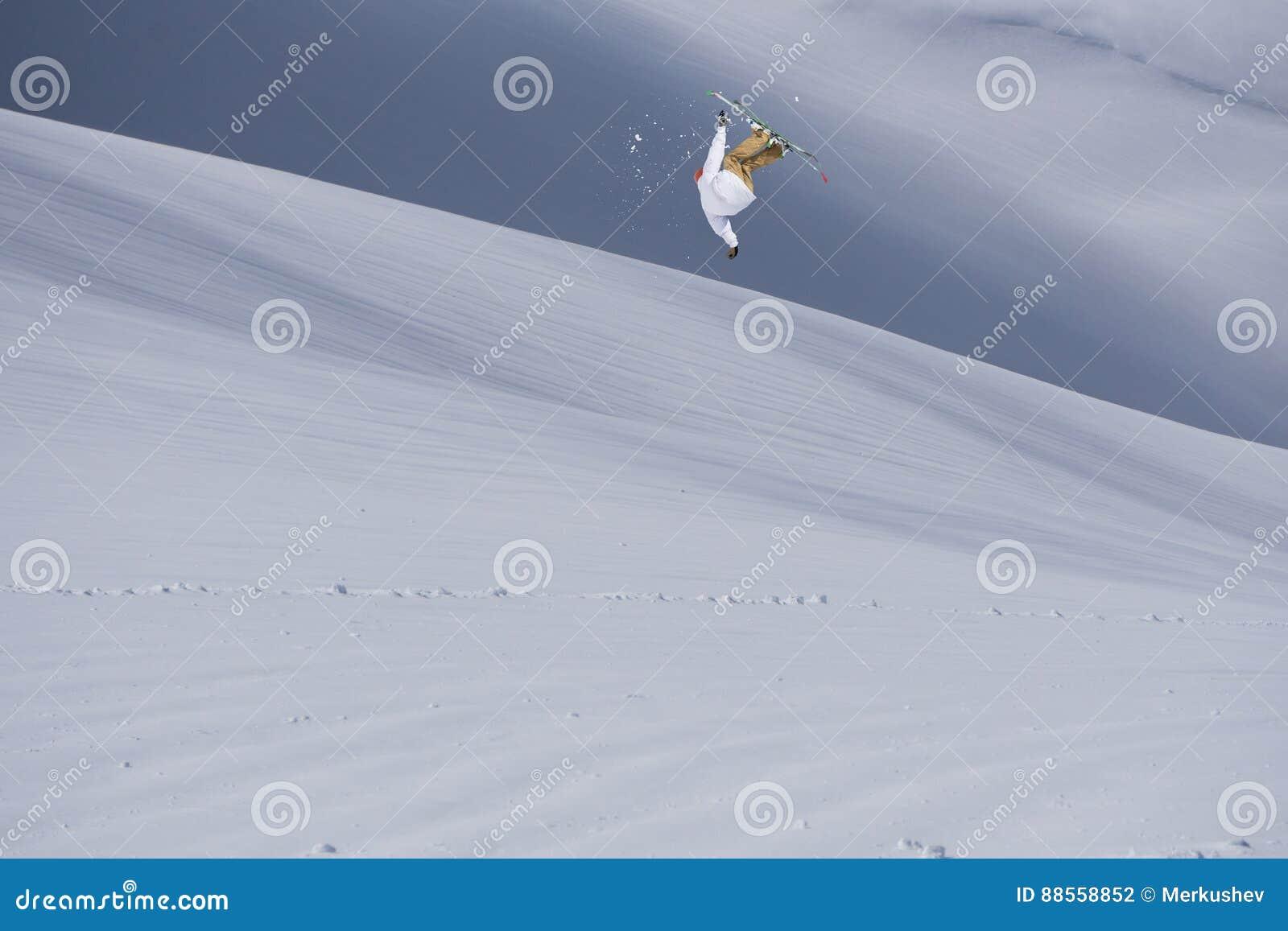 Flugwesen-Skifahrer auf Bergen Extremer Wintersport