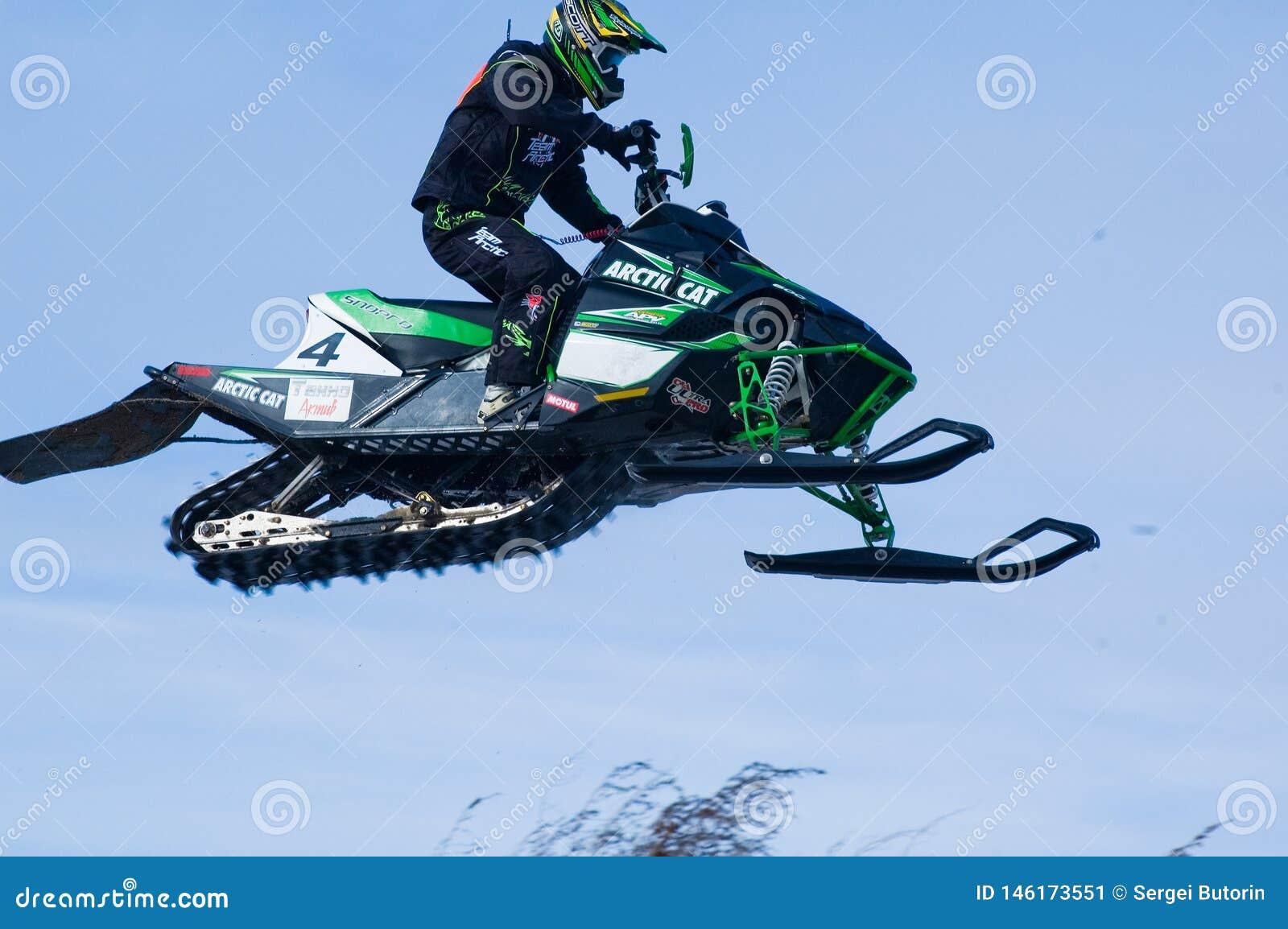 Flugwesen-Sportler auf Snowmobile