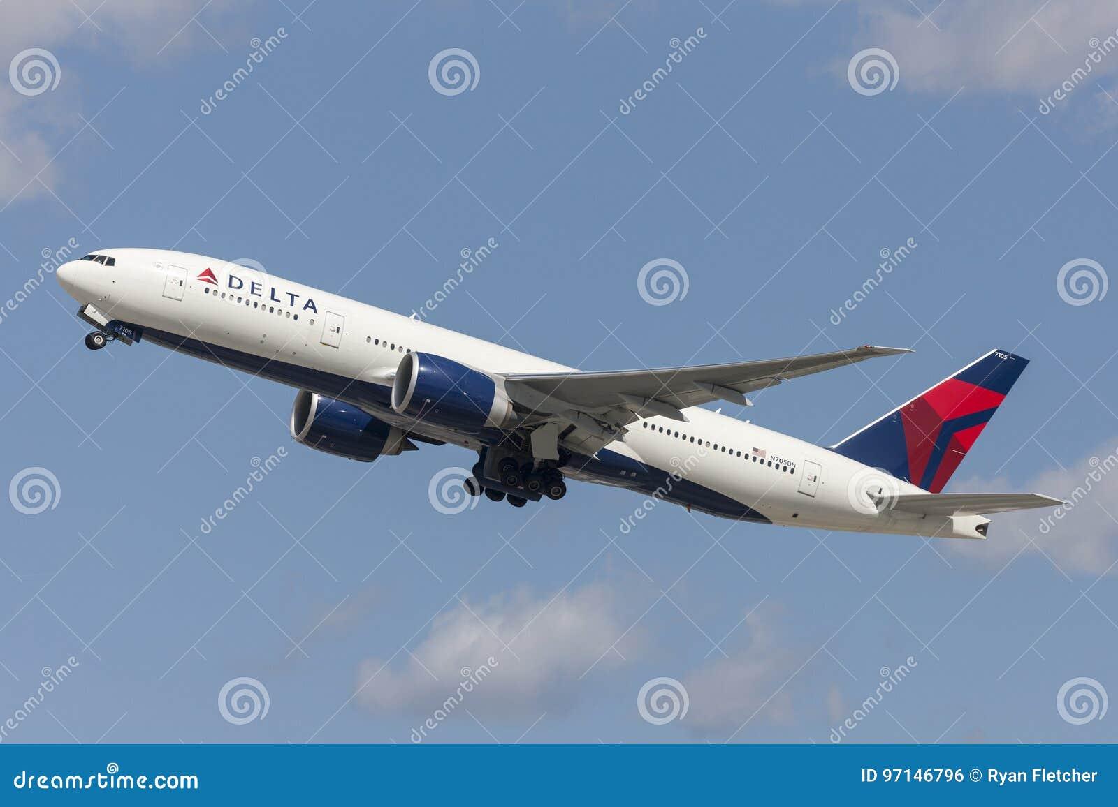 Flugzeug Delta Air Liness Boeing 777, das von internationalem Flughafen Los Angeless sich entfernt