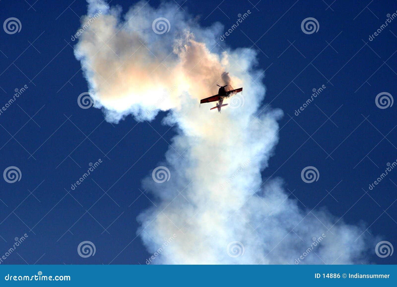 Flugzeug in der Wolke des Rauches