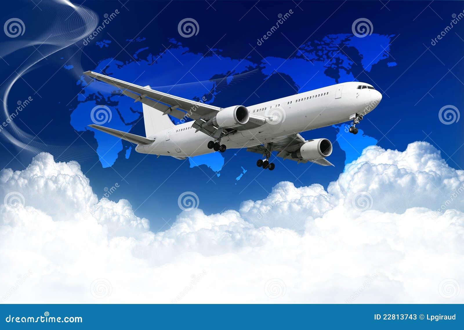 Flugzeug mit Wolken und Weltkarte