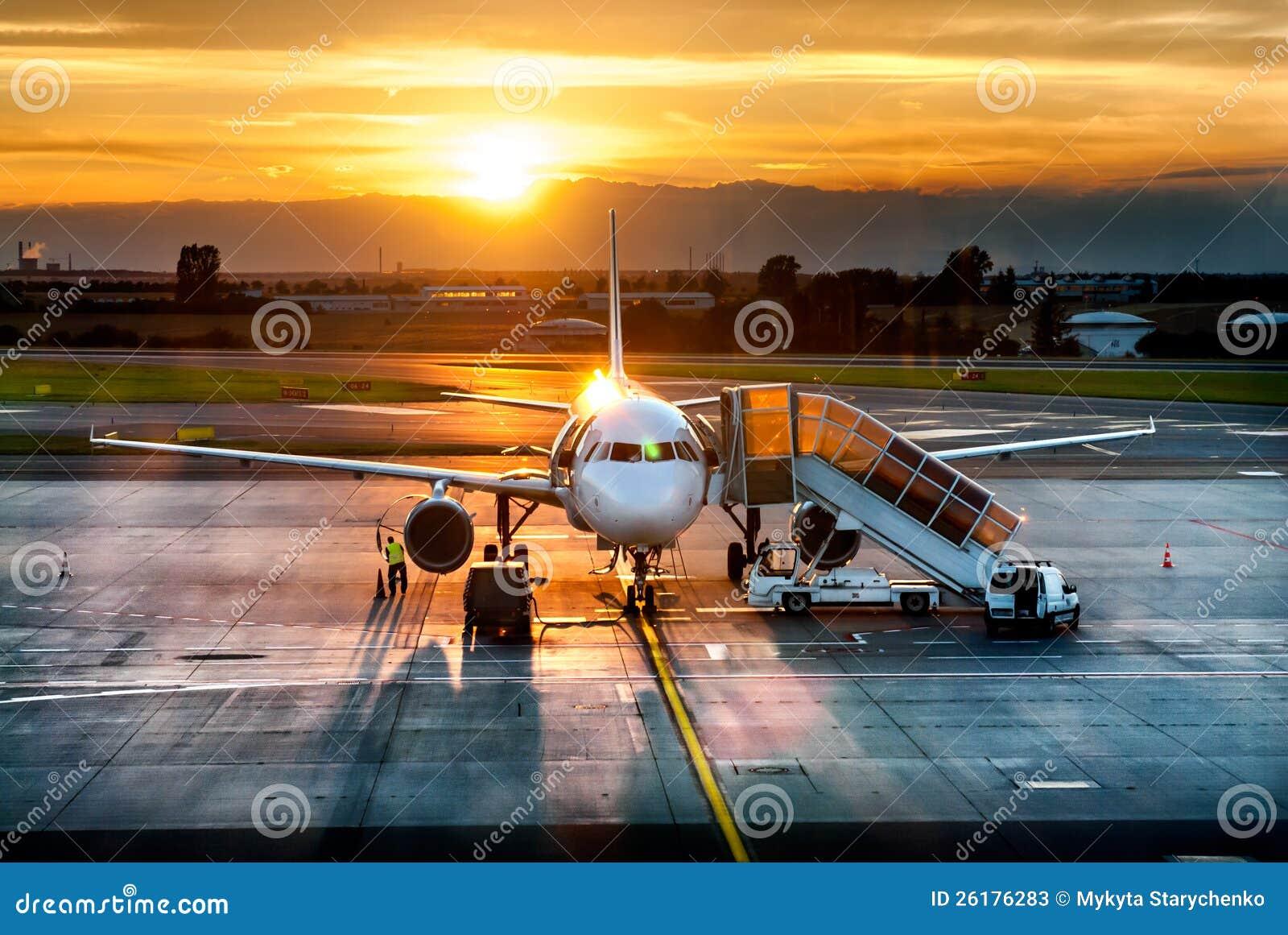 Flugzeug nahe dem Terminal in einem Flughafen