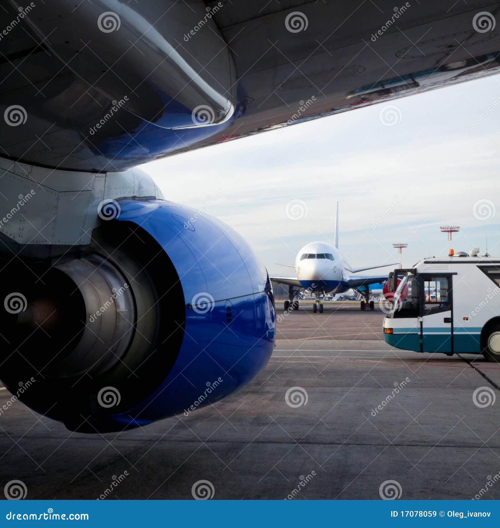 Flugzeuge und Flughafen-Bus