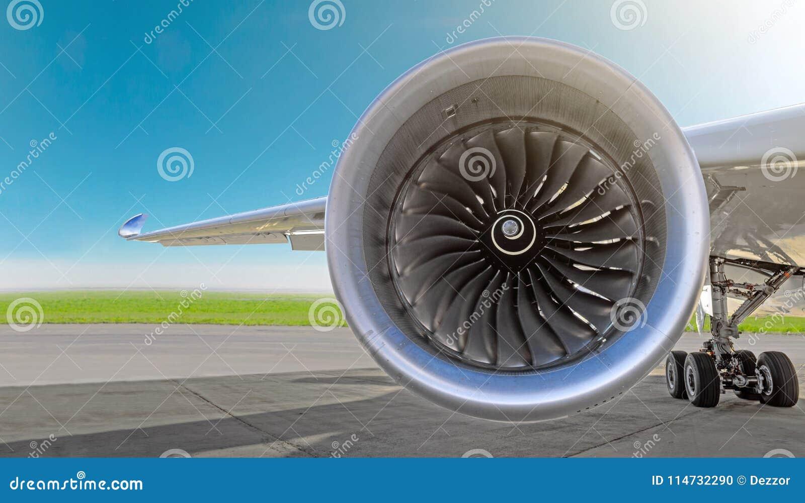 Flugzeugstrahltriebwerknahaufnahme, Flugzeugflügel und Fahrgestelle des Fahrwerkrades parkten am Flughafen auf einem Himmelhinter