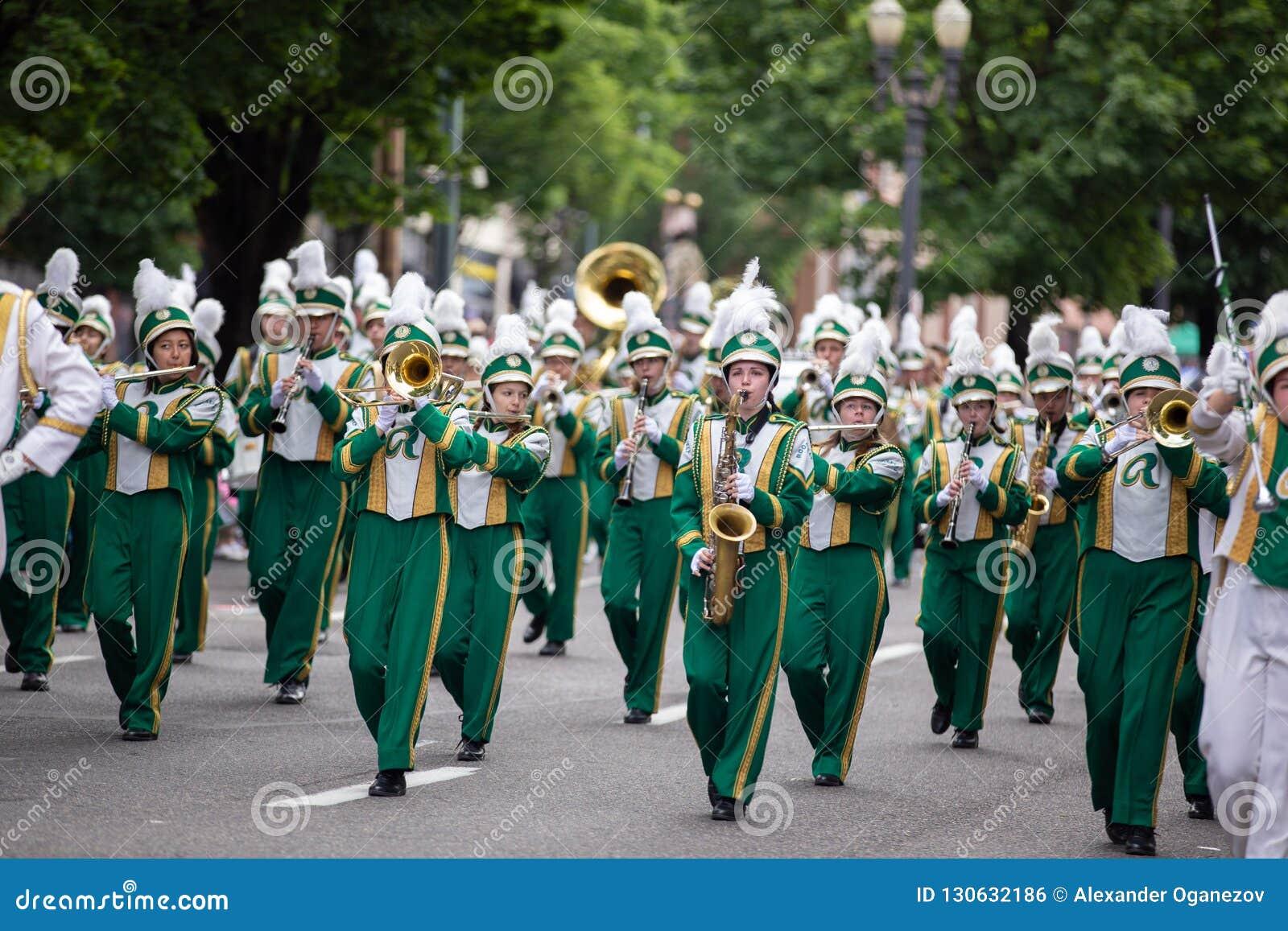 Fluit en trompetters bij grote bloemenparade
