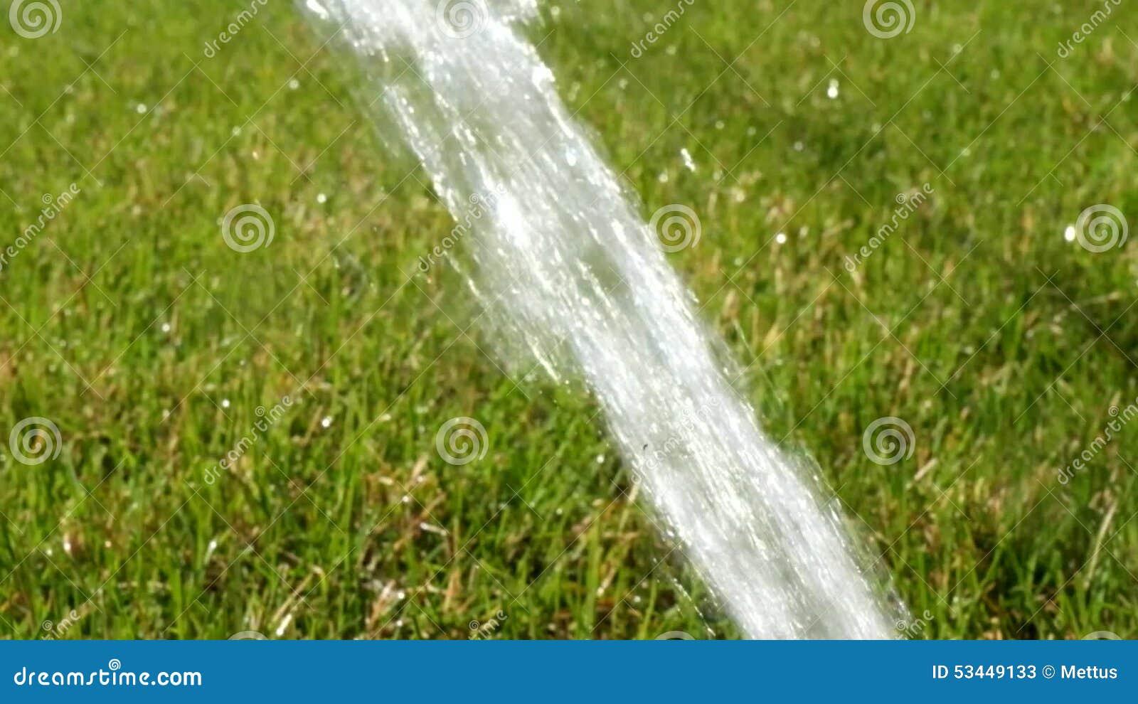 Rasen Bewässerungssystem fluss des wassers auf rasen automatisches bewässerungssystem im