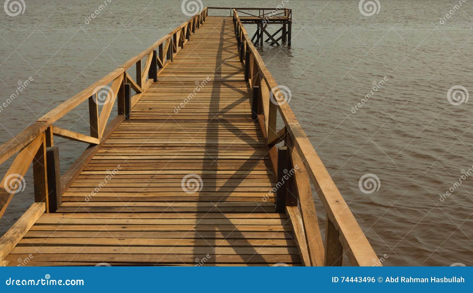 Fluss-hölzerner Pier