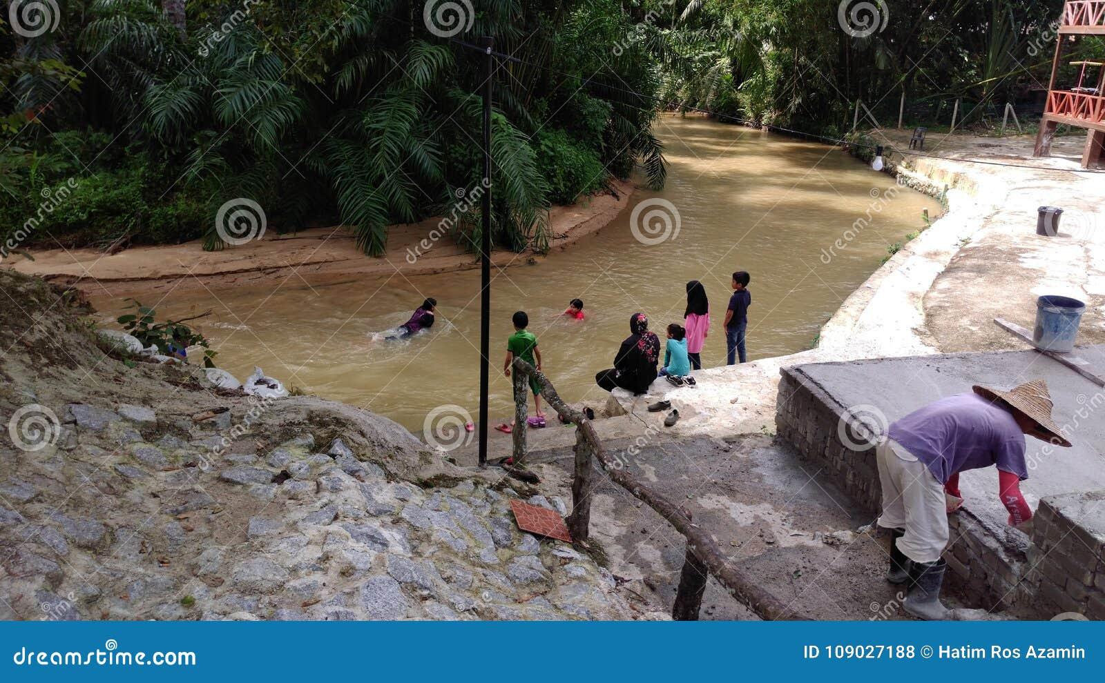 Fluss im Dorf