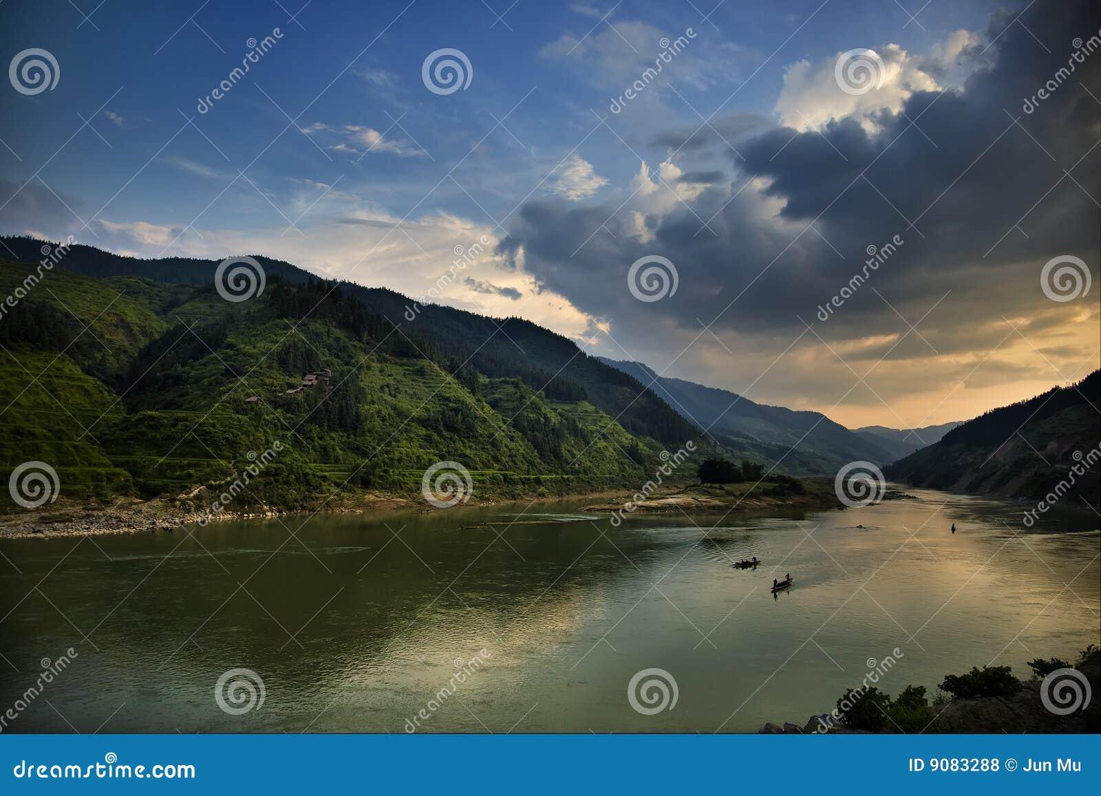 Fluss mit Bergen
