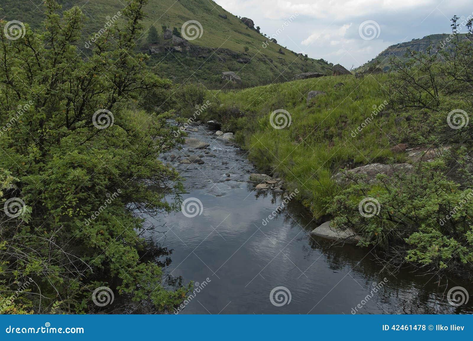 Fluss und Felsen in Giants ziehen sich Kwazulu Natal Naturreservat zurück