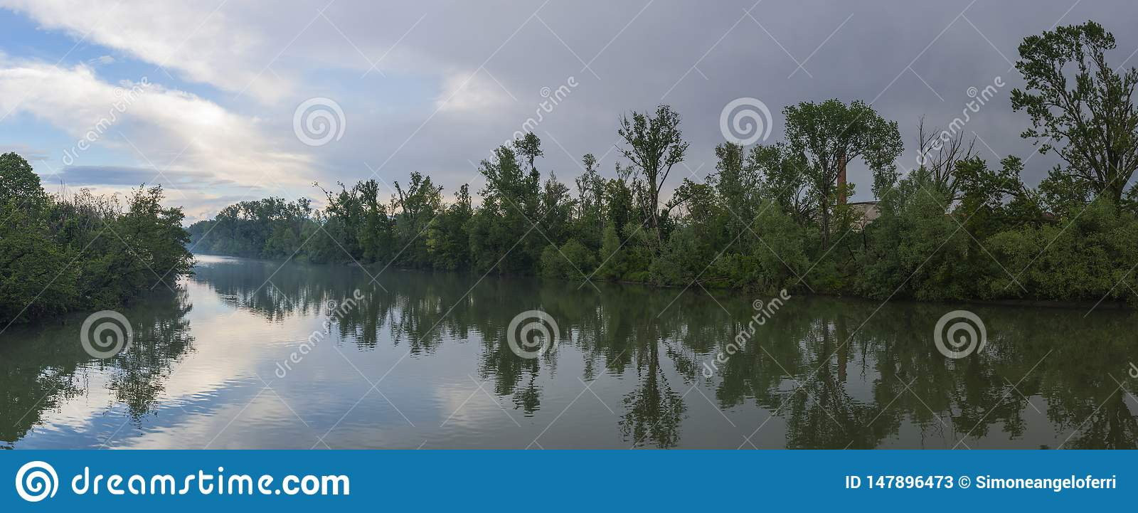 Fluss von Adda in Italien mit Wolken im Himmel