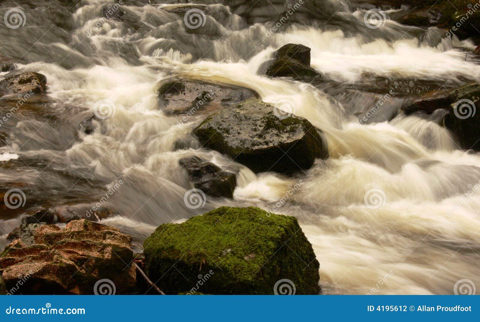 Flusso che circola sulle rocce