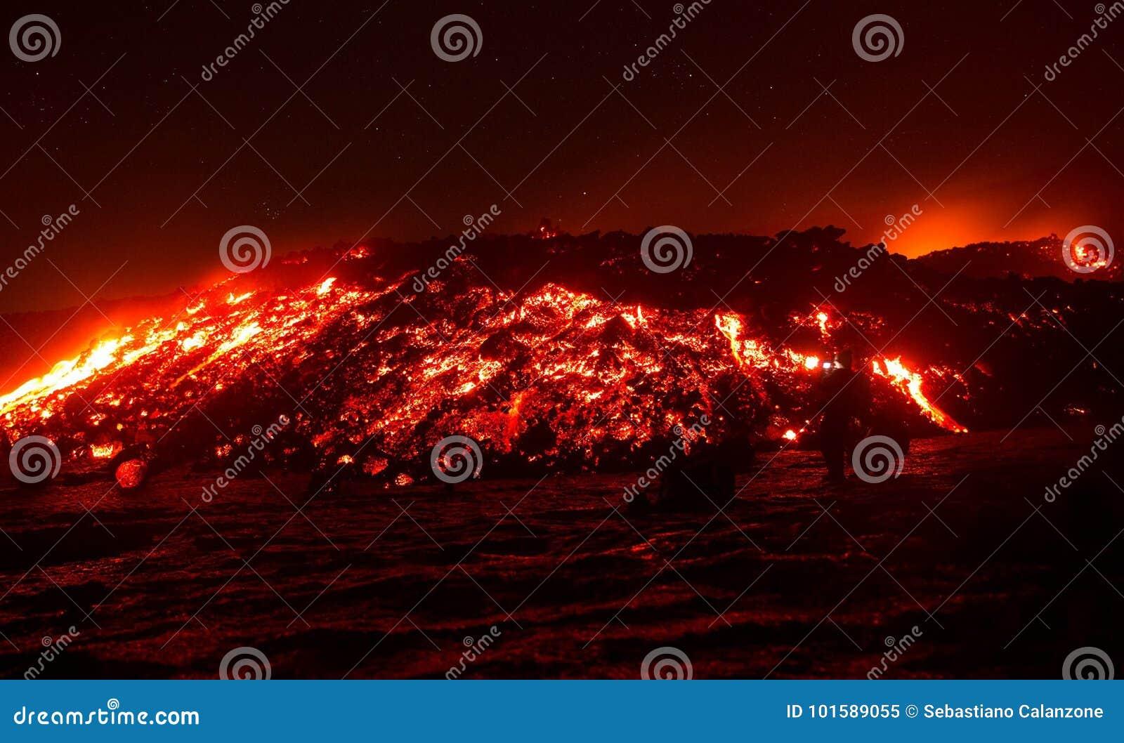 Flusso di lava sullo scoppiare del vulcano di Etna