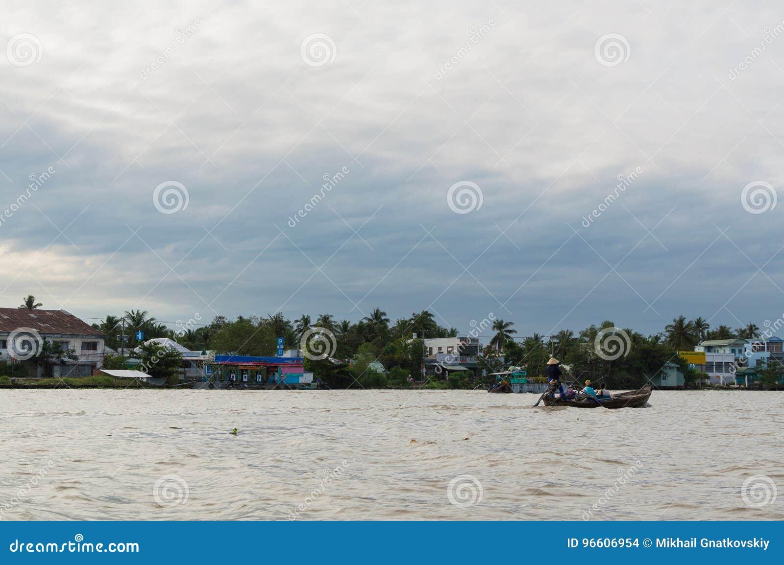 Flussuferpfahlhäuser im der Mekong-Delta