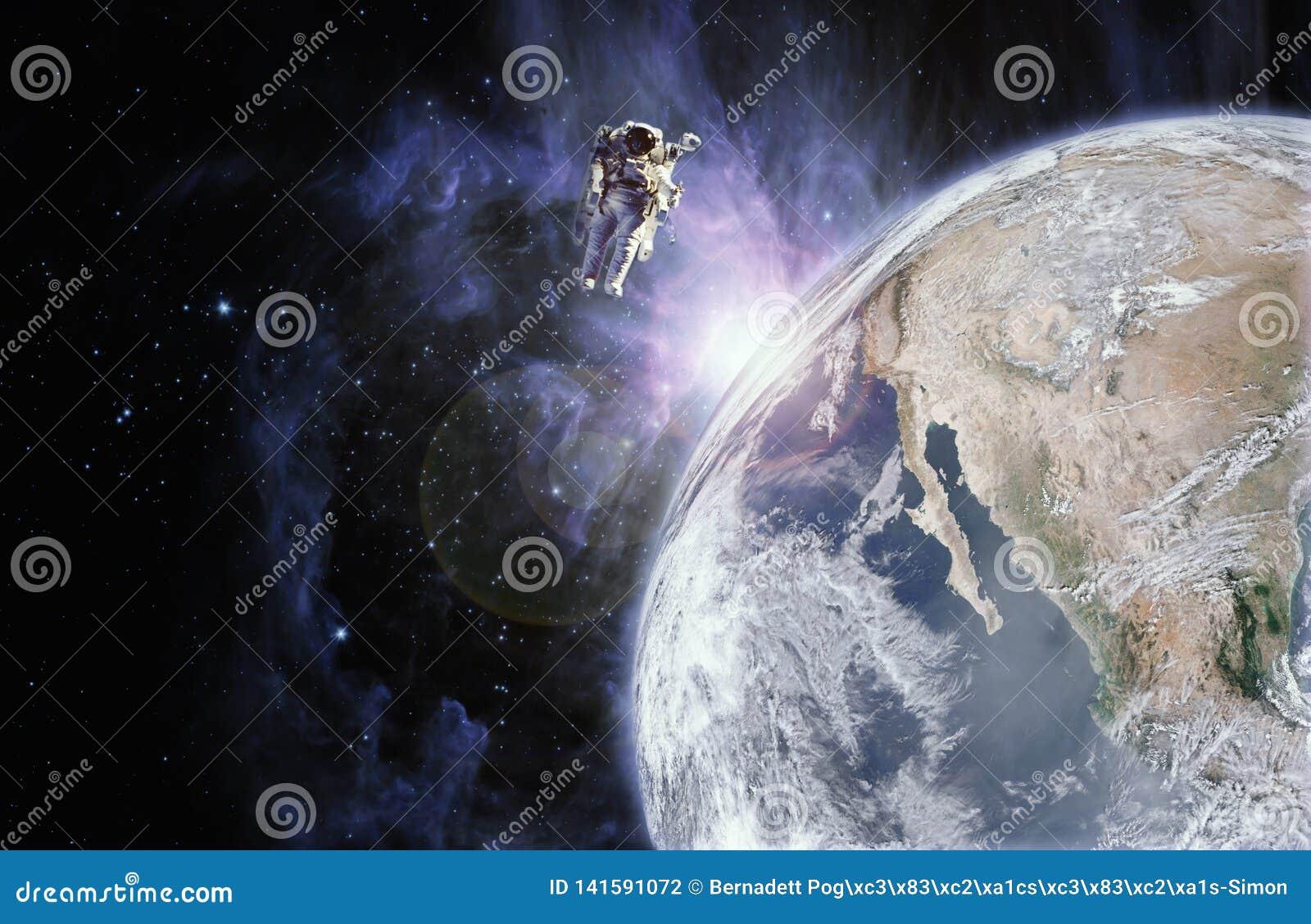 Flutuador do astronauta no espaço na ausência de peso próximo à terra do planeta