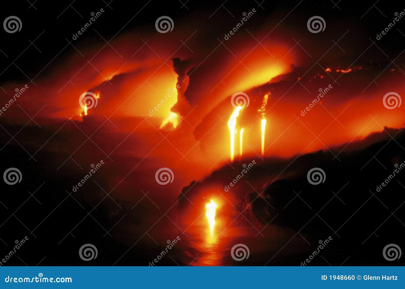 Flux de lave rougeoyant en Hawaï