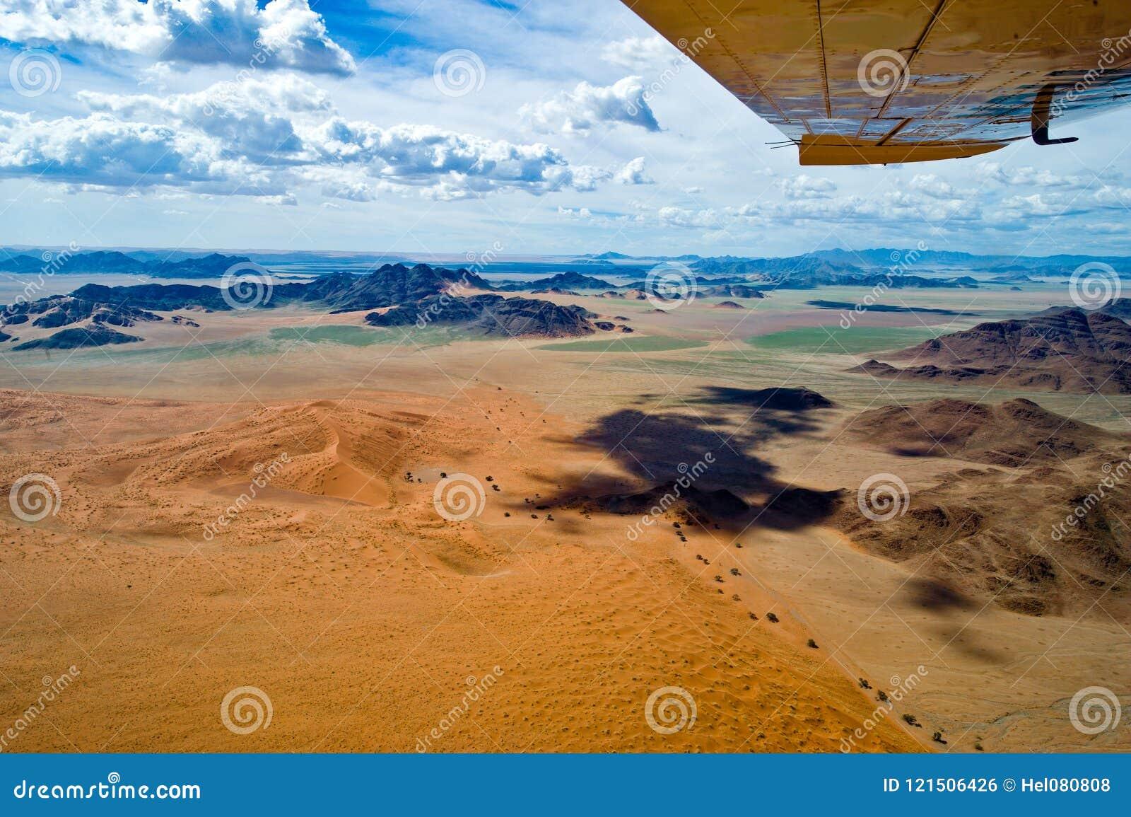 Flyg över Sossusvlei Orange dyn som ses från nivån, flyg- sikt