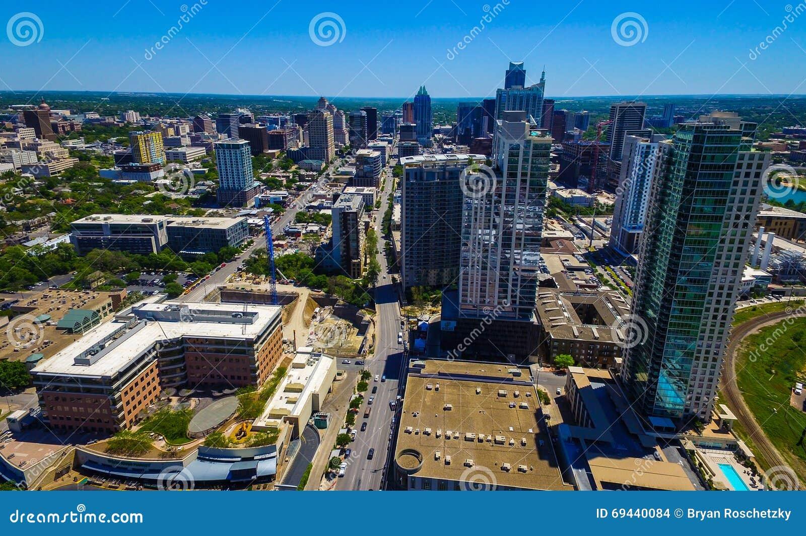 Flyg- Austin Texas i stadens centrum skyskrapor och frostbanken står högt i avståndet på en västra sida för trevlig dag som ser ö
