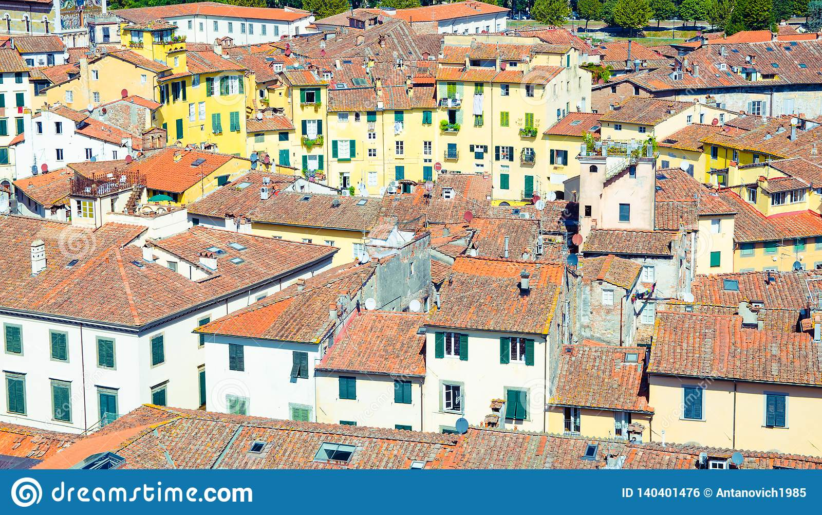Flyg- bästa sikt av den piazzadellAnfiteatro fyrkanten i historisk mitt av den medeltida staden Lucca